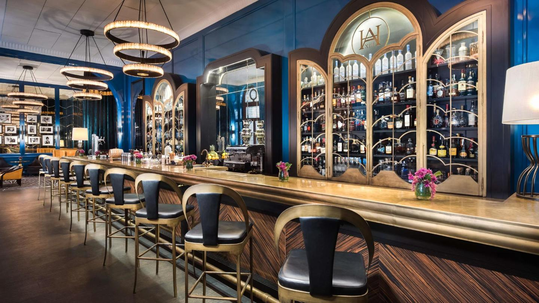 Un elegante bar art decó, una bebida aquí es un viaje de regreso a principios del siglo XX.