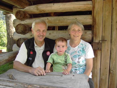 Hildegard und Josef Broger mit Enkel Josef