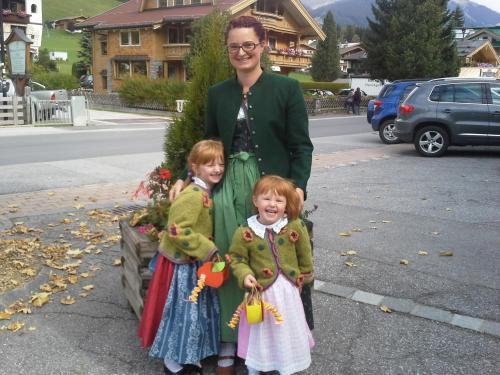 Maria mit Tochter Johanna und Elisabeth