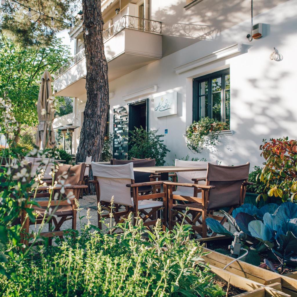 Pruebe el pitta horneado con ajo y queso griego suave en Anthos Geuseon