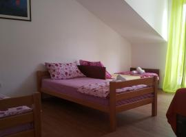 Apartments Pink, Čelopeci