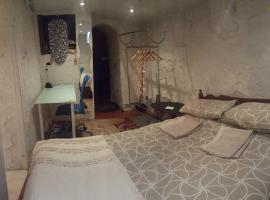Romantic cave with free excellent WiFi, Dudley
