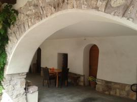 Casa Cecilia, Fondo