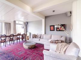Elegant Riverside Apartment, Utrehta