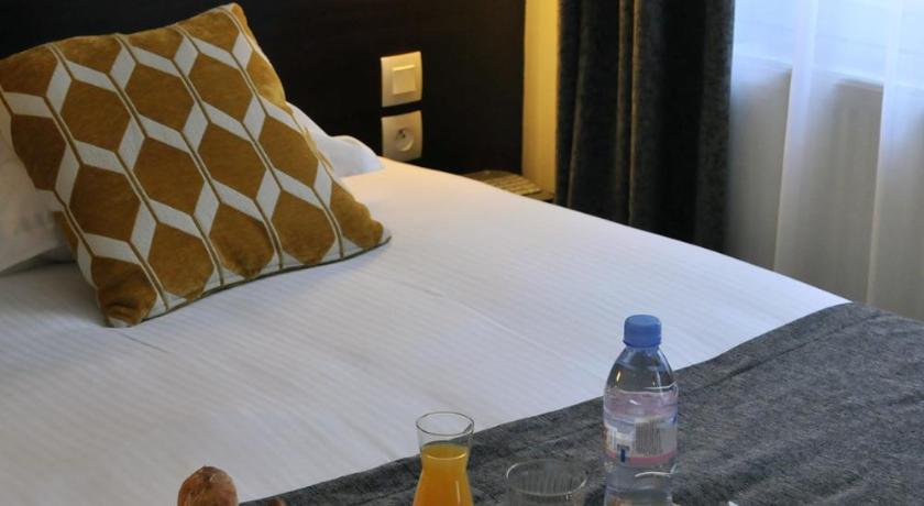 Vue de la chambre d'hotel confortable