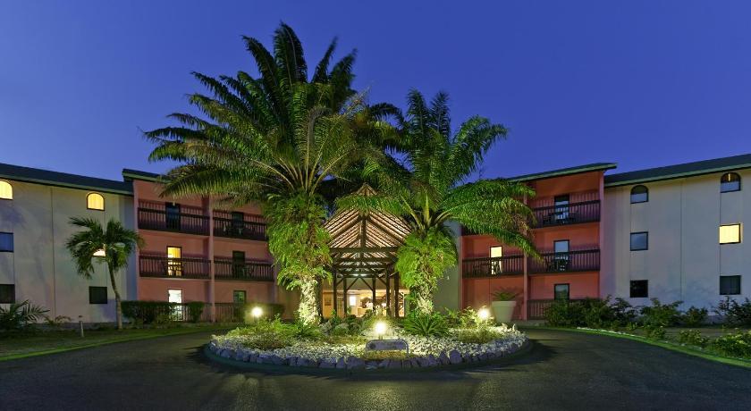 Vue de l'hôtel et sa piscine