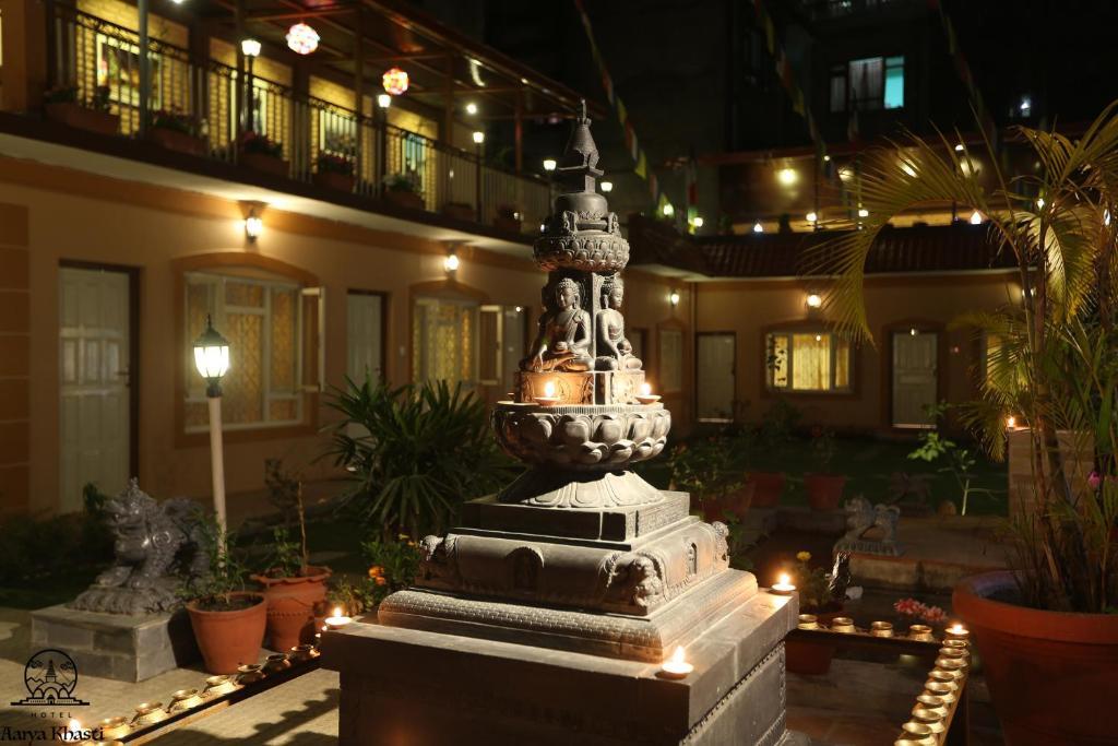 A área de receção ou átrio de Aarya Chaitya Inn