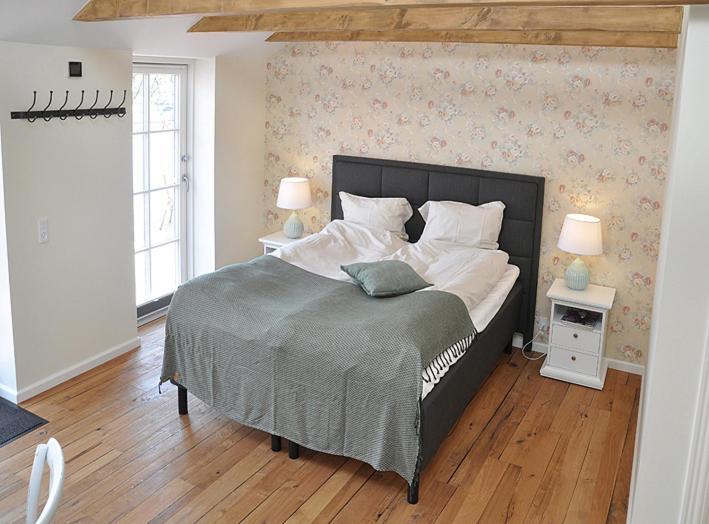 A bed or beds in a room at Enø Bageri's Hotelværelser
