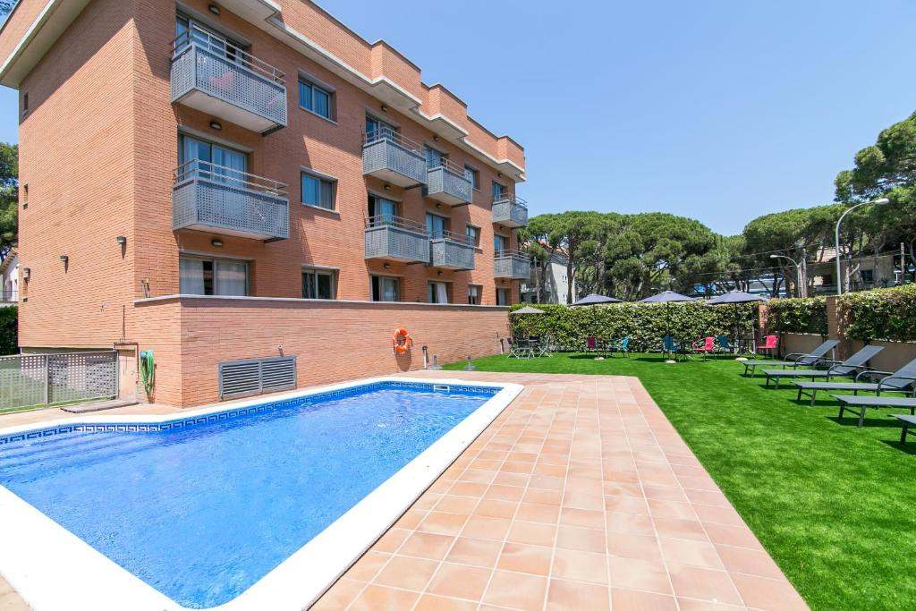 The swimming pool at or close to Aparthotel Bardon
