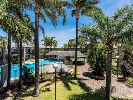 A view of the pool at Mandurah Motel and Apartments or nearby