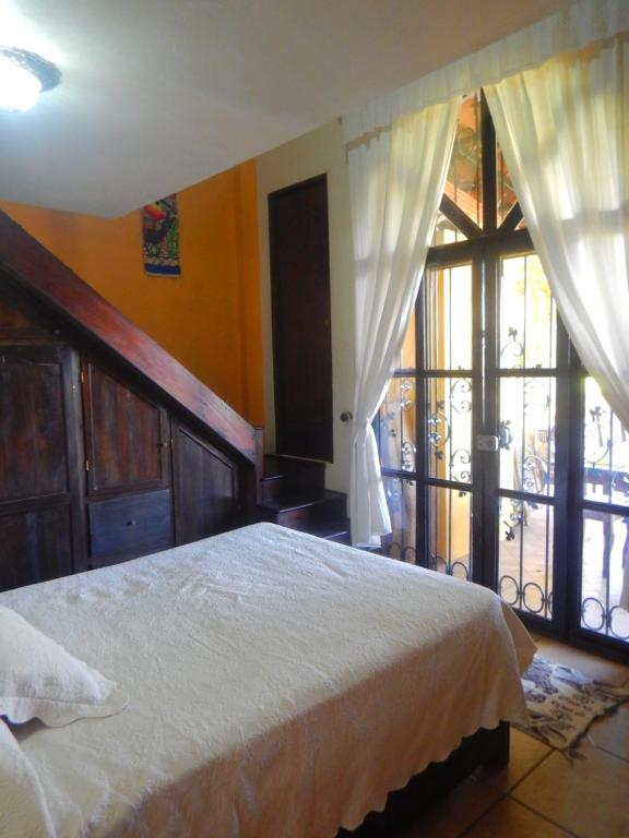 A bed or beds in a room at Posada Bugambilias