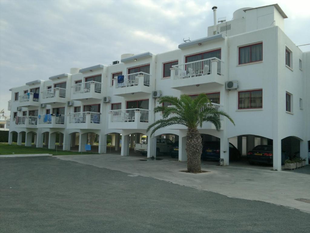 Androthea hotel apts айя напа