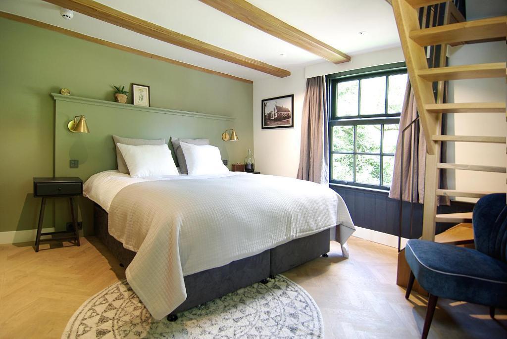 Een bed of bedden in een kamer bij Authentic Farmhouse - De Vergulden Eenhoorn