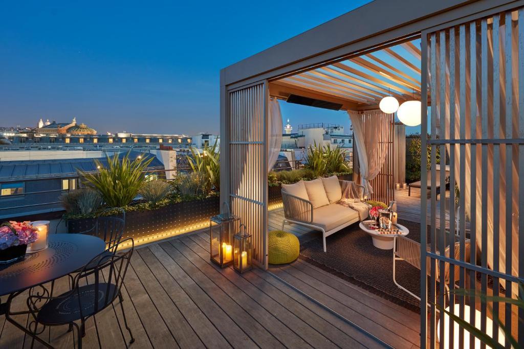 A balcony or terrace at Mandarin Oriental, Paris