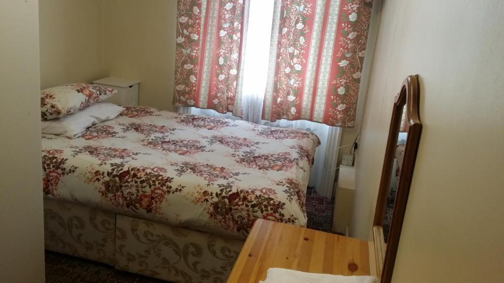 Un pat sau paturi într-o cameră la Stanley House Hotel