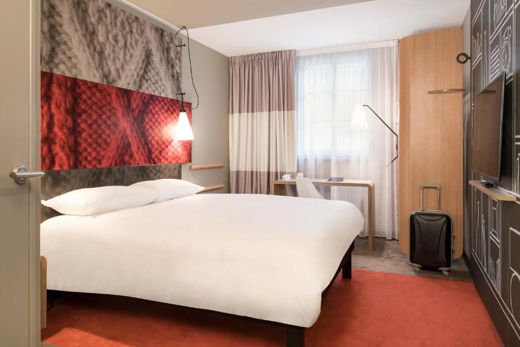 A bed or beds in a room at ibis Saint Germain en Laye Centre