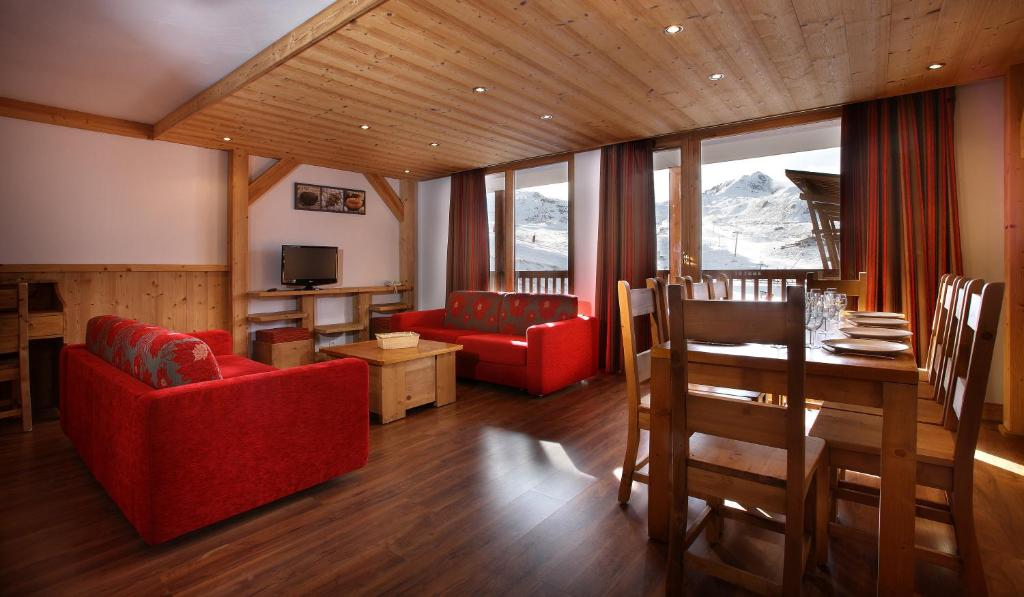 Gut A Seating Area At Chalet Des Neiges : La Cime Des Arcs