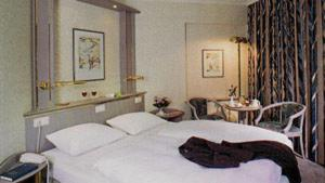 A bed or beds in a room at Hotel Senator Hamburg