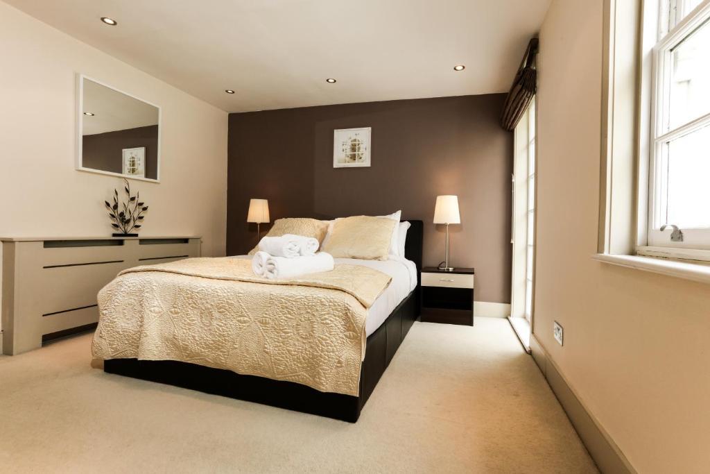 Een bed of bedden in een kamer bij CDP Apartments – Belsize Park