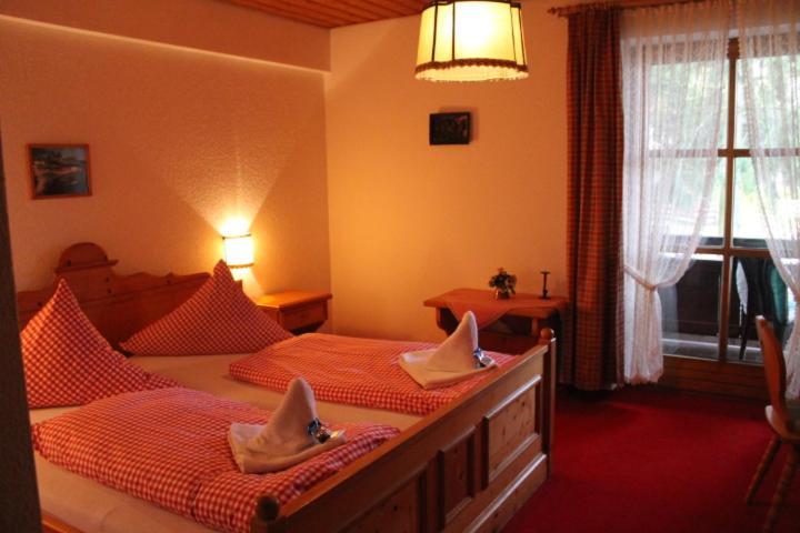 A bed or beds in a room at Hotel Schäfflerhof