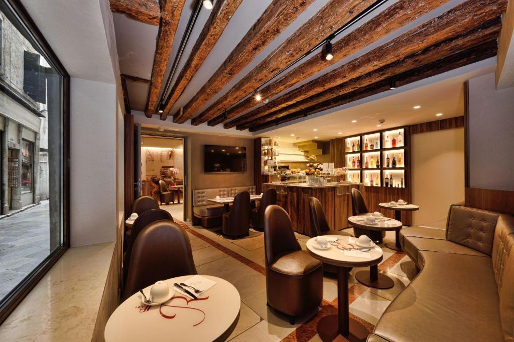 Un restaurante o sitio para comer en Rosa Salva Hotel