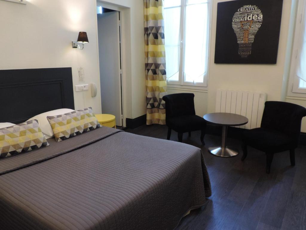A bed or beds in a room at Hotel Restaurant - La Goule Beneze