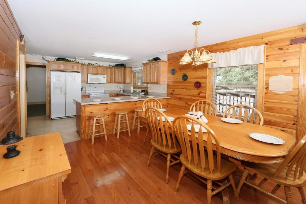 Briarstone lodge condo 13a two bedroom pigeon forge tn for 2 bedroom hotels in pigeon forge