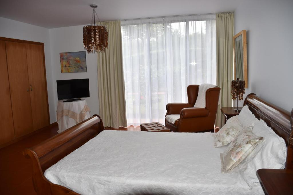 A bed or beds in a room at Caloura Camellia House