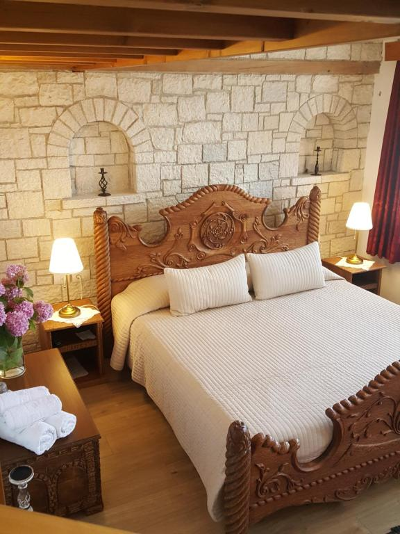 A bed or beds in a room at Hotel Gjirokastra