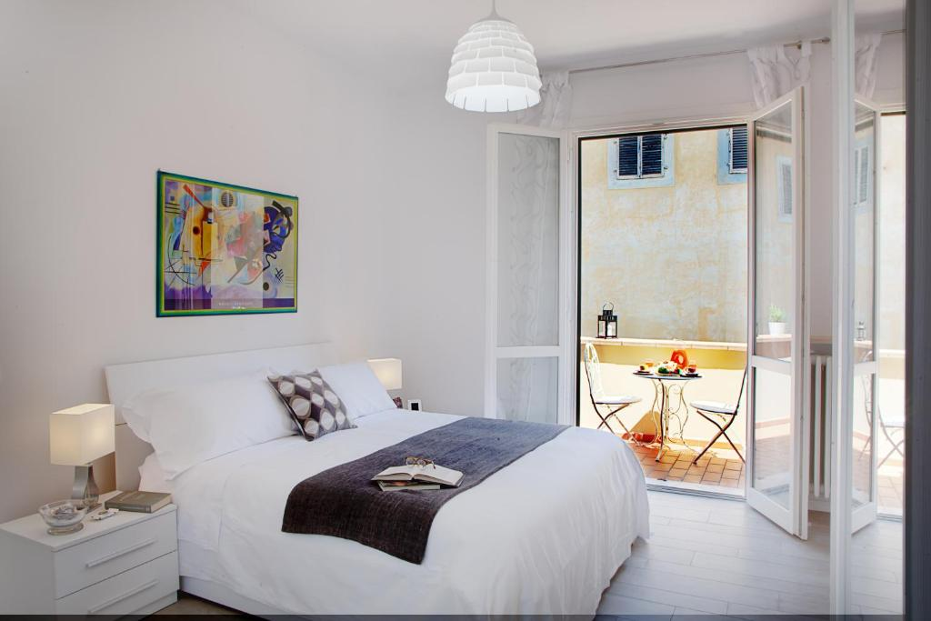 A bed or beds in a room at Cellini Art Florence Apartment