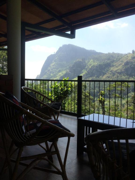 En generel udsigt til bjerge eller udsigt til bjerge taget fra pensionatet
