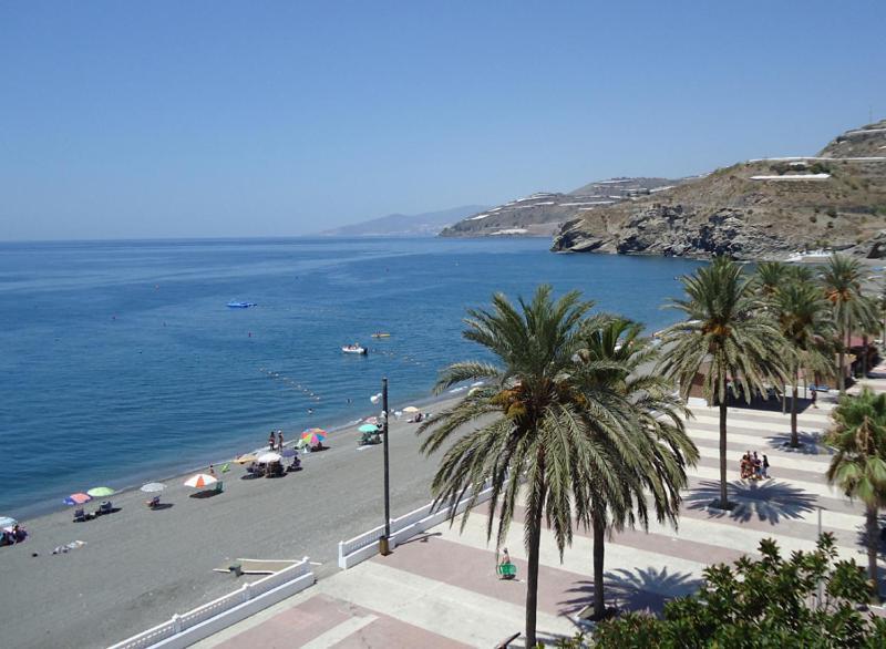Las mejores zonas para conocer mujeres mayores de Granada en La Rabita