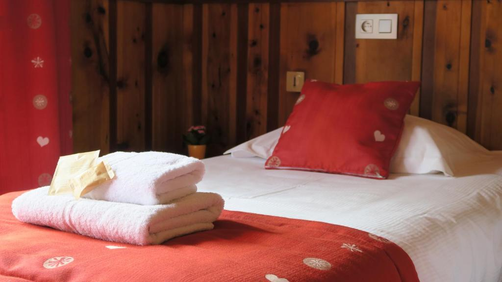 A bed or beds in a room at Le Dahu