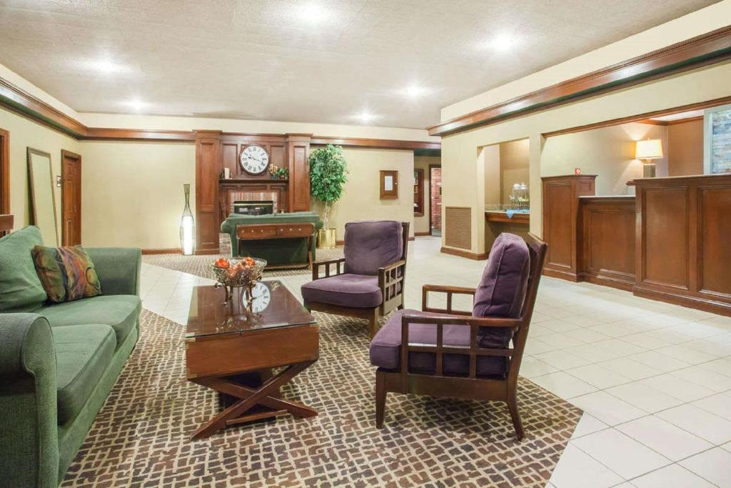 The lobby or reception area at Clarion Inn