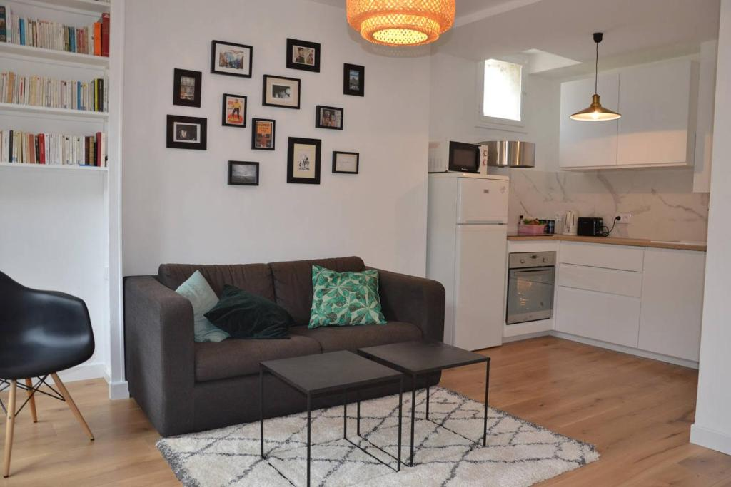 A seating area at Appartement type loft