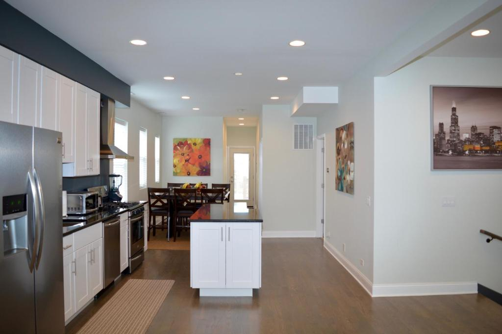 Enjoyable Beautiful 2 Bedroom Apartment By The Lake Chicago Usa Download Free Architecture Designs Philgrimeyleaguecom