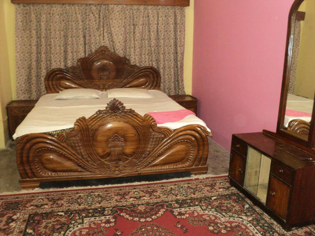 A bed or beds in a room at Royal Guest House & Service Apartment