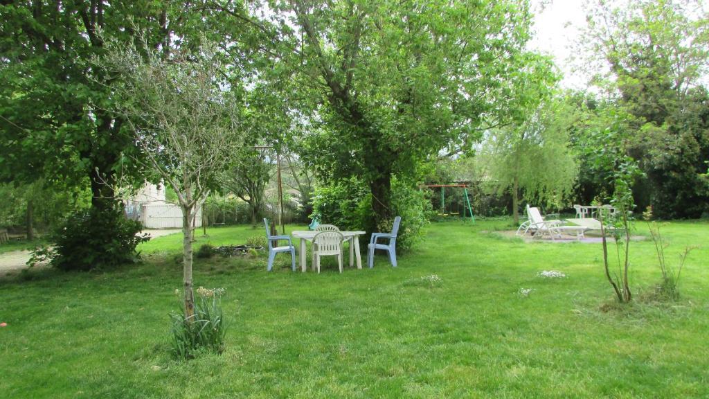 A garden outside Maison à la campagne