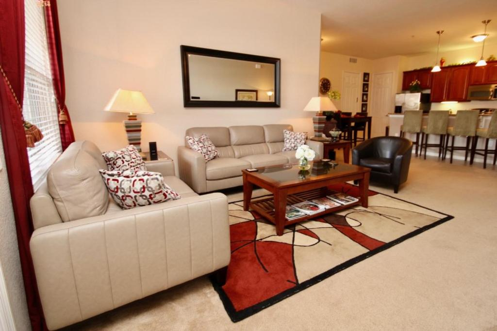 A seating area at Shoreway Condo #231534