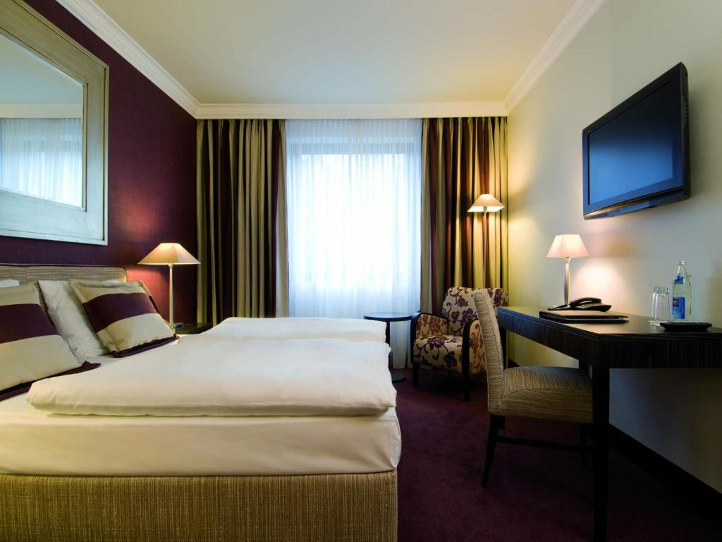 A bed or beds in a room at Best Western Hotel Hamburg International