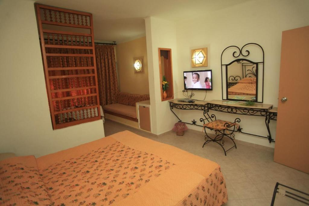 A bed or beds in a room at Hotel La Residence Hammamet