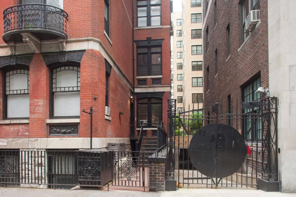 NO PLACE FOR NORMAL: NEW YORK: 145. New York Brownstones
