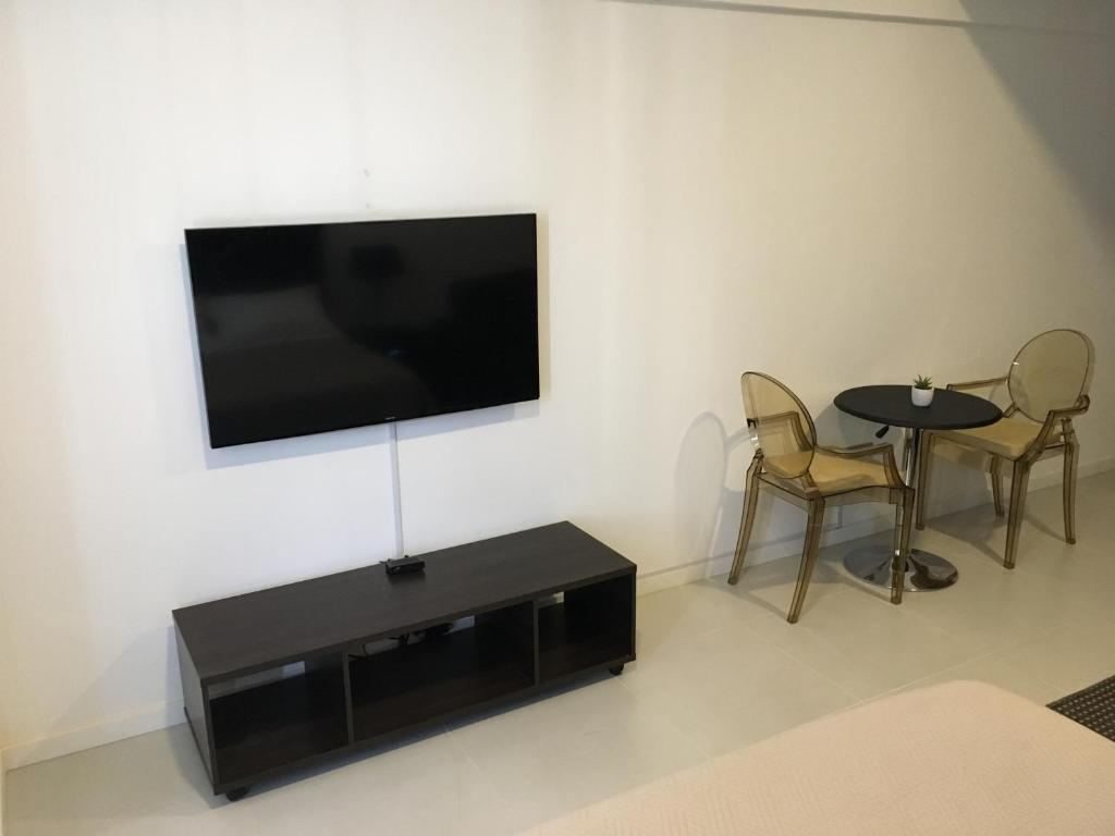 Apartment Smart Studio Isuto Santa Cruz De La Sierra Bolivia  # Table Pour La Television