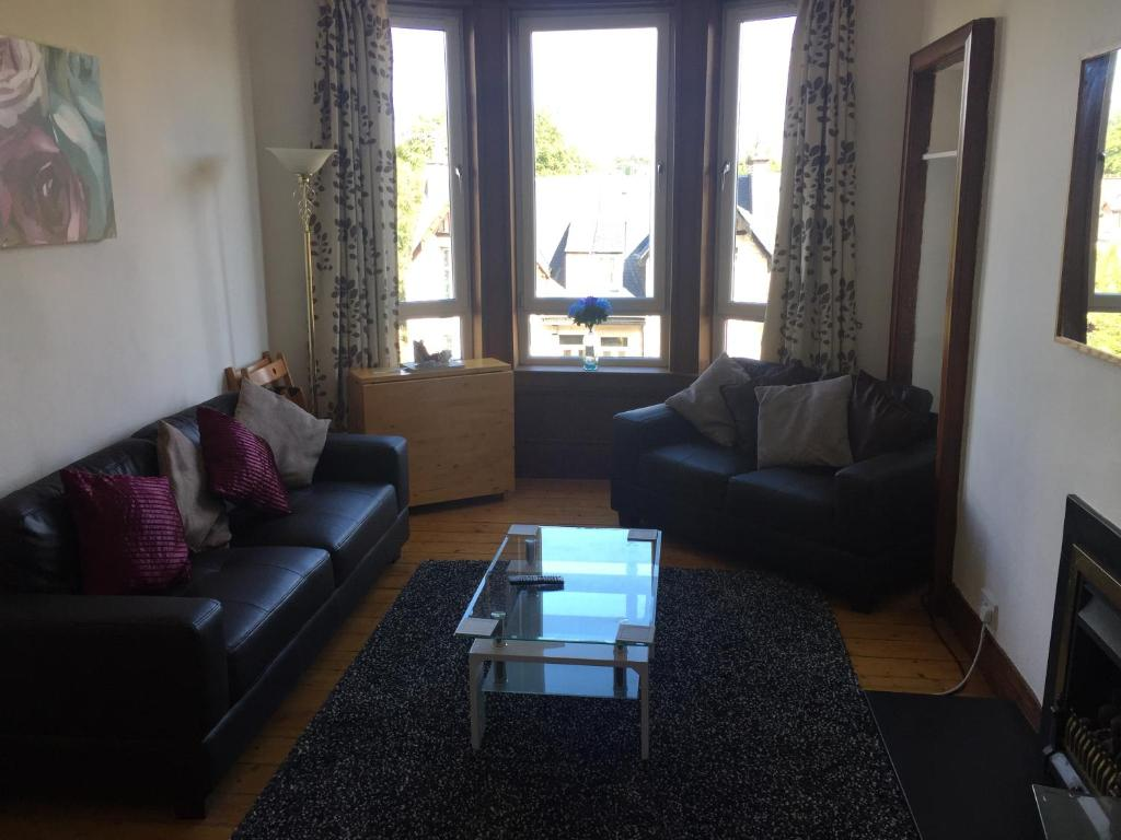 A seating area at Scotstoun Appartments