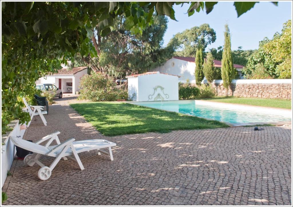 The swimming pool at or near Casa d´Alegrete