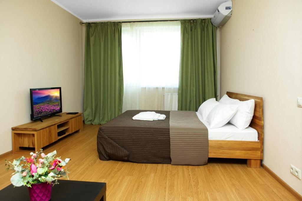 A bed or beds in a room at Apartment on Osenniy Bulevard 10