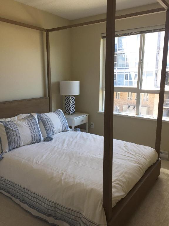 3 Bedroom Condo Steps To Lake & Stroll To Downtown