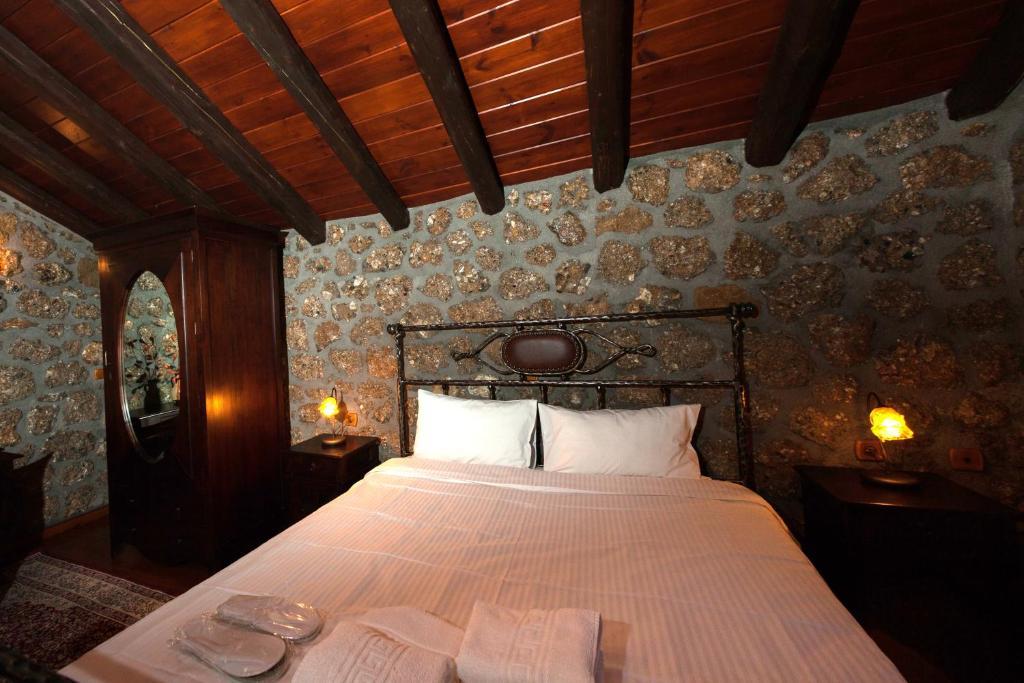 Τάσος Δούσης: Ένας ονειρικός πετρόχτιστος ξενώνας στην Ορεινή Κορινθία σκέτο έργο τέχνης!