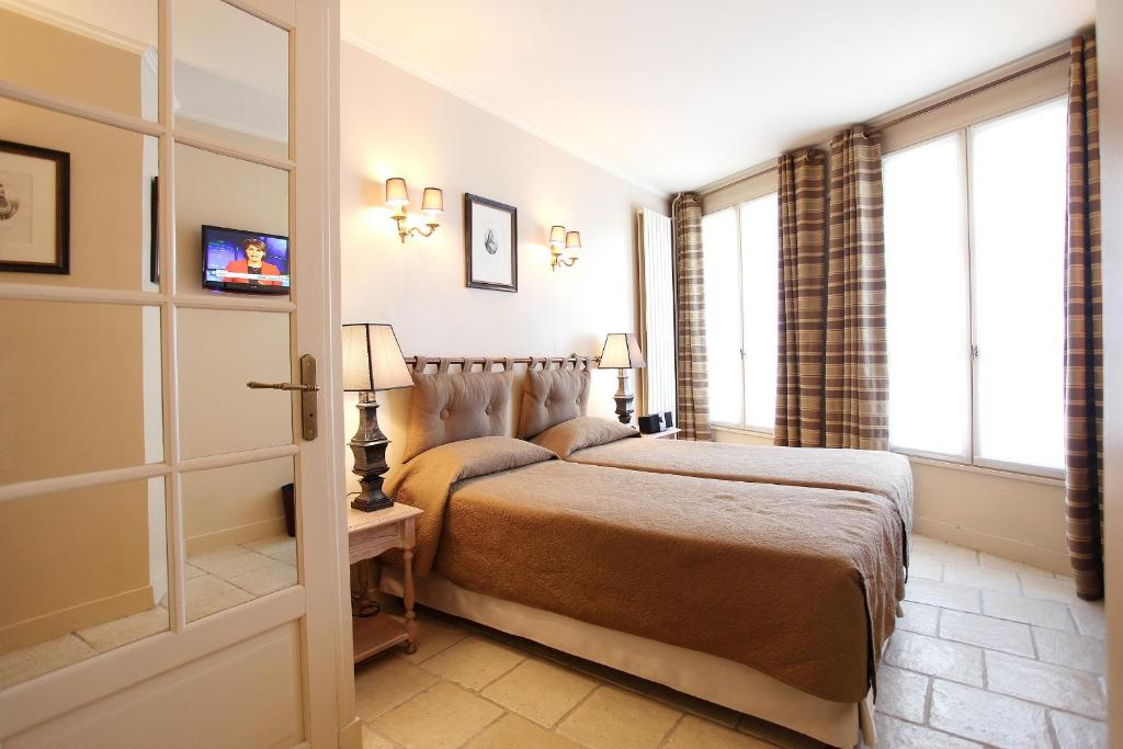 A bed or beds in a room at Hotel Albe Bastille