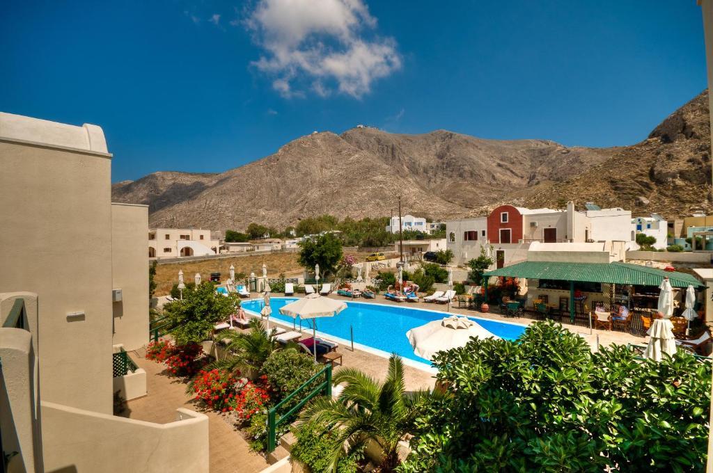 Výhľad na bazén v ubytovaní Phevos Villa alebo v jeho blízkosti